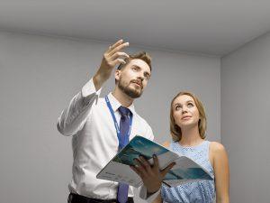 Замерщик и хозяйка обсуждают потолок